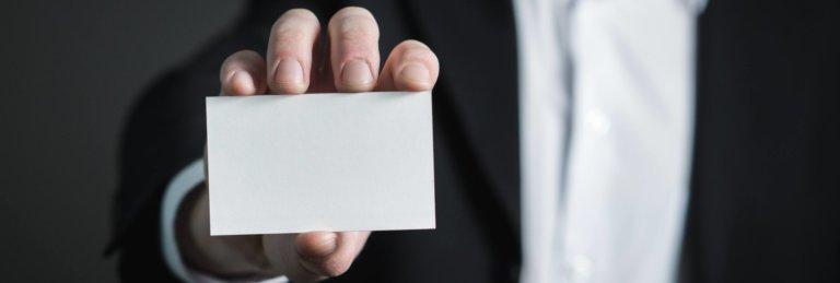Foto van iemand die een wit kaartje vasthoudt